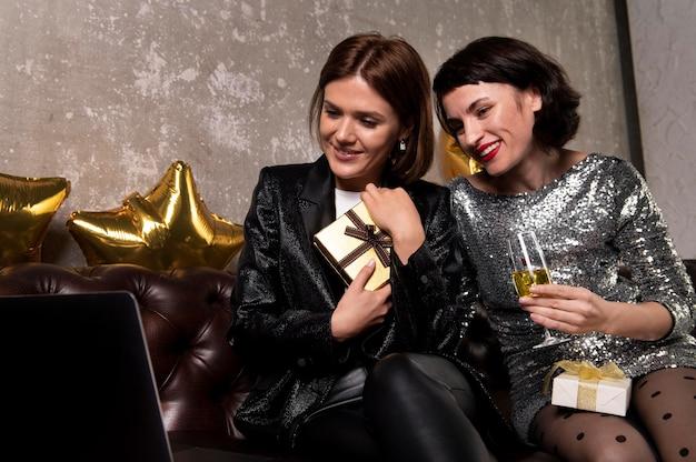 Belles femmes tenant le cadeau de réveillon du nouvel an