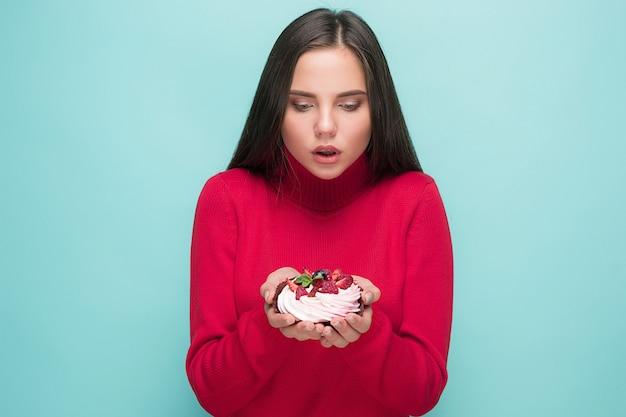 Belles femmes tenant un petit gâteau.