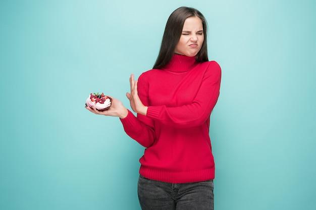 Belles femmes tenant des vacances d'anniversaire petit gâteau