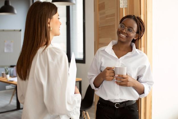 Belles femmes travaillant ensemble dans une entreprise en démarrage