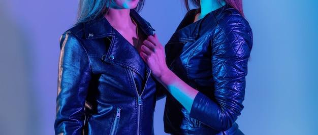 Belles femmes en vestes en cuir avec des lumières de studio