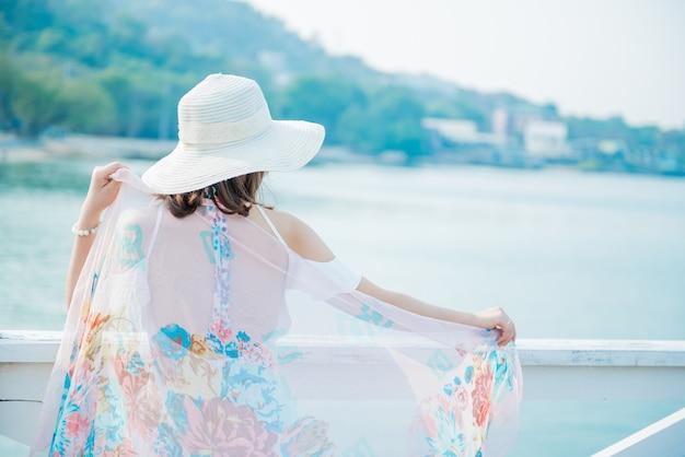 De belles femmes voyagent seules à la plage en été. mer et ciel bleu