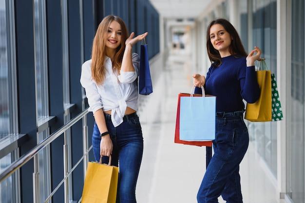 Belles filles au centre commercial