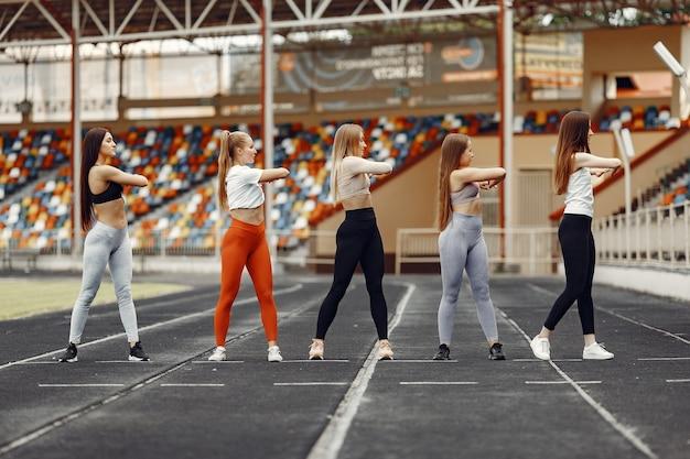 Belles filles au stade. filles de sport dans un vêtement de sport.