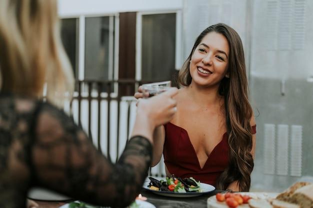 Belles filles ayant du vin