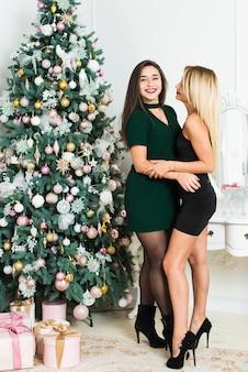 Belles filles dans la salle décorée de noël. concept de noël et du nouvel an.