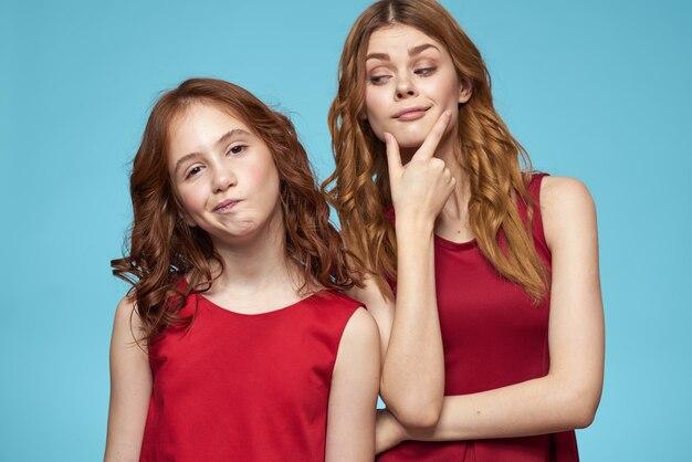 Belles filles dans des vêtements identiques, une paire de filles dans le studio