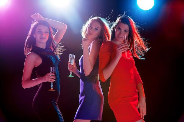 Belles filles dansant à la fête