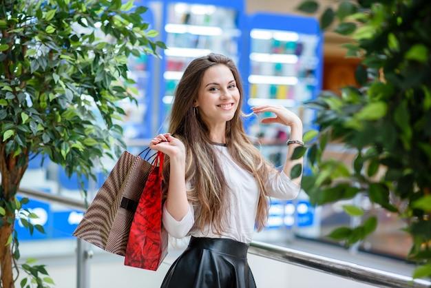 Belles filles faire du shopping dans le centre commercial.