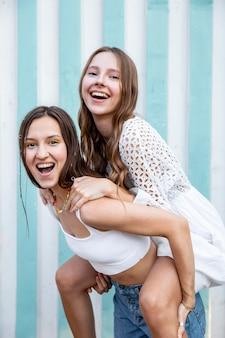 Belles filles faisant ferroutage