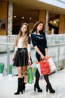 De belles filles font du shopping au centre commercial.