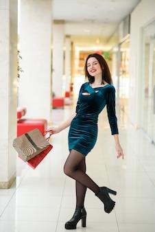 De belles filles font leurs courses au centre commercial.