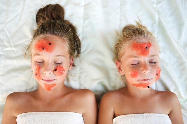 Belles filles avec masque facial de flocons d'avoine. vue de dessus.