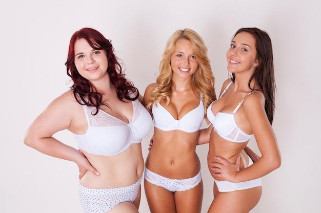 Belles filles naturelles en sous-vêtements