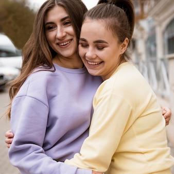 Belles filles passer du temps ensemble