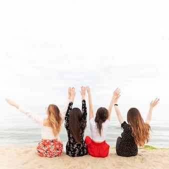 Belles filles sur la plage avec espace copie
