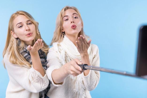Belles filles prenant un selfie ensemble