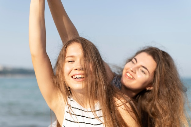 Belles filles s'amusant à la plage