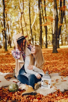 Belles filles s'amusent dans un parc en automne