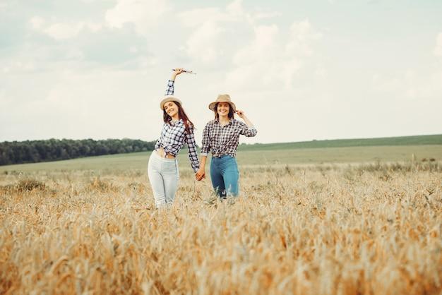 Belles filles se reposer dans un champ