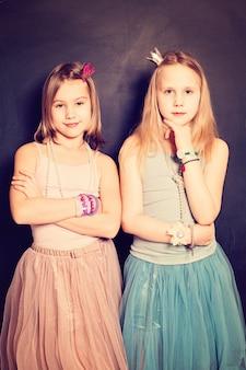 Belles filles sœurs. deux mignons jeunes filles adolescentes amis