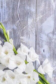 Belles fleurs blanches sur des planches de bois