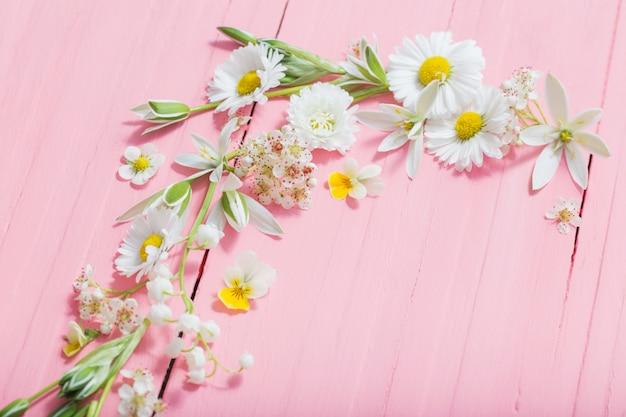 Belles fleurs sur bois rose
