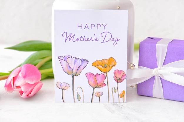 Belles fleurs, cadeau et carte de voeux pour la fête des mères sur gris