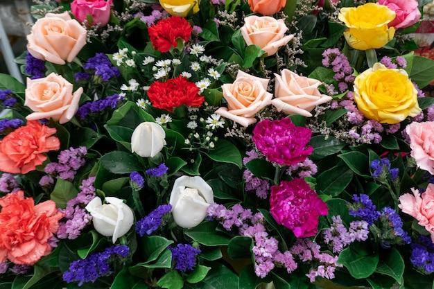 Belles fleurs colorées dans la boutique