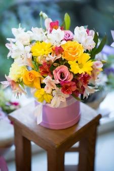 Belles fleurs colorées dans un magasin de fleurs
