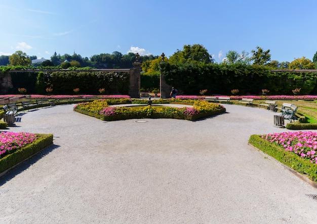 Belles fleurs dans les jardins mirabell , l'attraction touristique la plus populaire de salzbourg, autriche