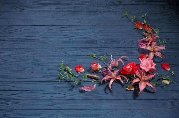 Belles fleurs d'été sur fond en bois bleu foncé