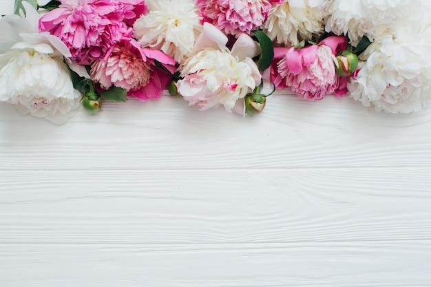 Belles fleurs sur fond blanc en bois