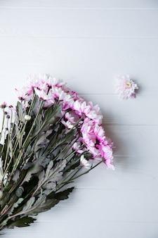 Belles fleurs sur fond blanc. bouquet de chrysanthèmes. pose à plat parfaite. carte postale de vacances de mères heureuses. salutation de la journée internationale de la femme. idée d'anniversaire pour la publicité ou la promotion.