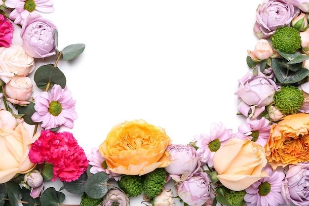 Belles fleurs sur fond blanc