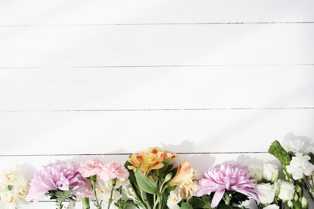 Belles fleurs sur fond en bois