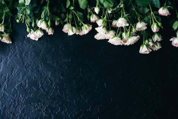 Belles fleurs sur fond noir. bouquet de roses. pose à plat parfaite. carte postale de vacances de mère heureuse. salutation de la journée internationale de la femme. idée élégante pour la publicité ou la promotion.