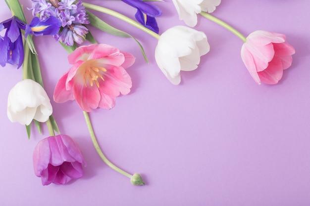Belles fleurs sur fond de papier