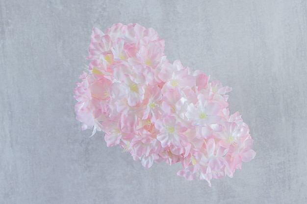 Belles fleurs fraîches de parfum dans une cruche, sur le fond blanc. photo de haute qualité