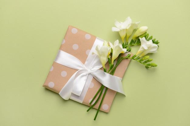 Belles fleurs de freesia et cadeau