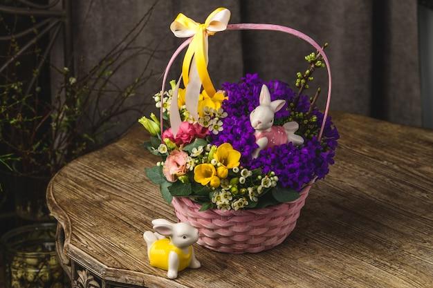 Belles fleurs et lapins sur un panier en osier