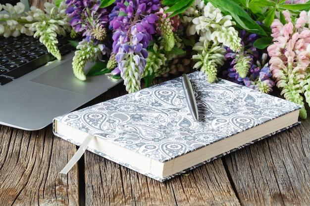 Belles fleurs et ordinateur portable