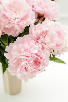 De belles fleurs de pivoine fraîches dans un vase