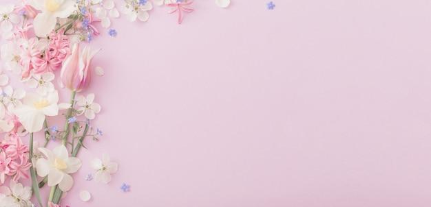 Belles fleurs de printemps sur fond de papier