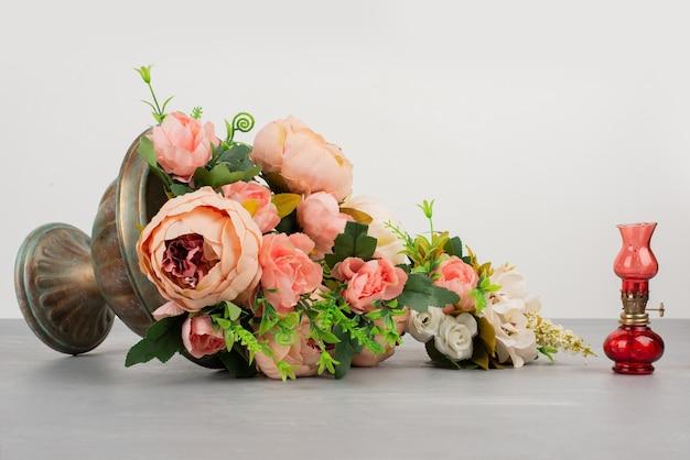 Belles fleurs roses et blanches dans le vase