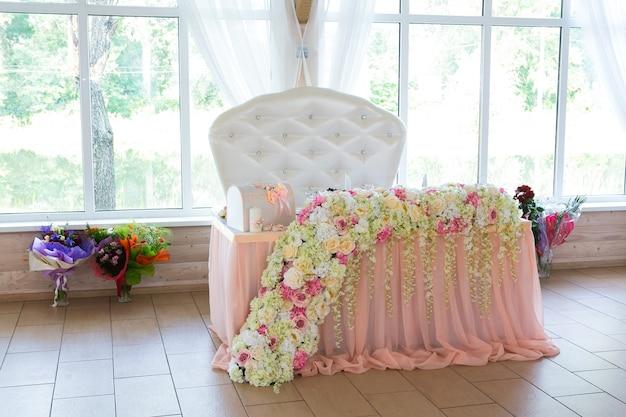 Belles fleurs roses et blanches sur la table le jour du mariage
