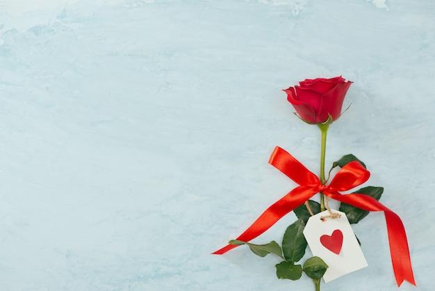 Belles fleurs roses sur fond blanc. carte de voeux festive