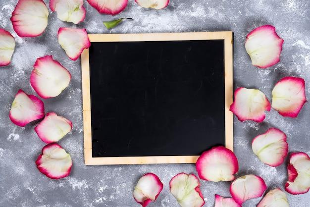 Belles fleurs roses sur table en pierre grise. bordure florale.