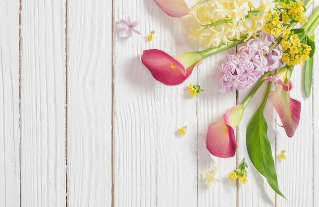 Belles fleurs sur une surface en bois blanche