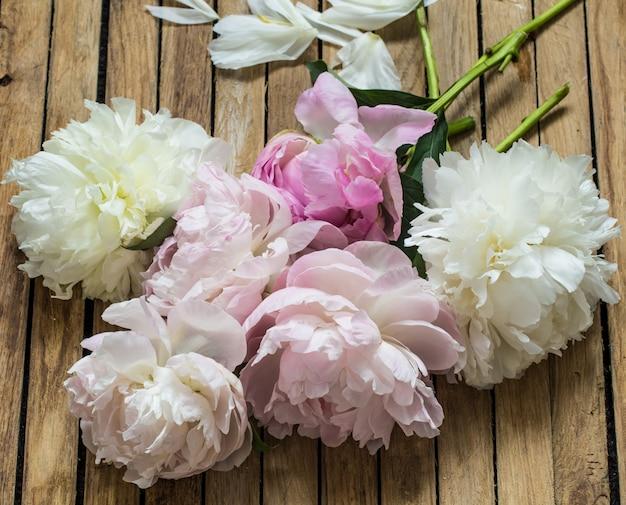 Belles fleurs sur table en bois, divers, place pour texte, gros plan